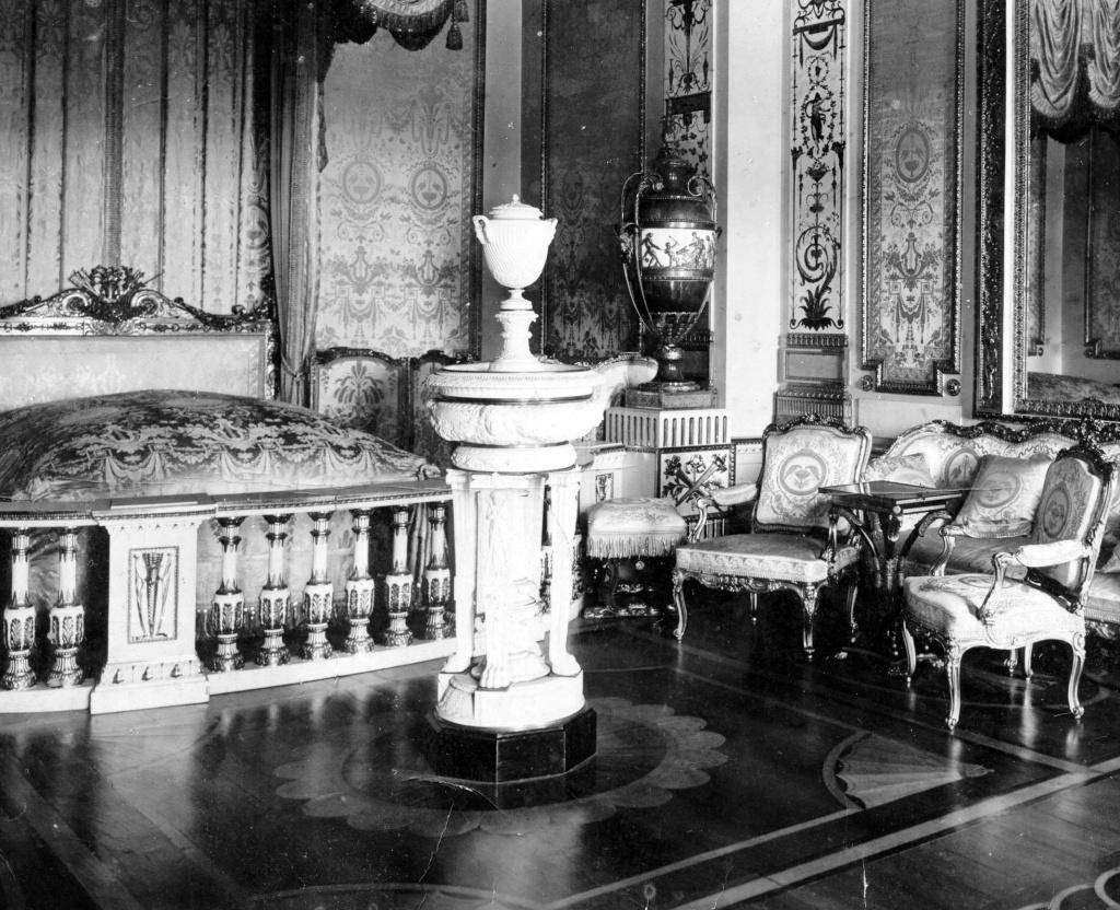 Парадная опочивальня Гатчинского дворца. Фотография начала XX века.